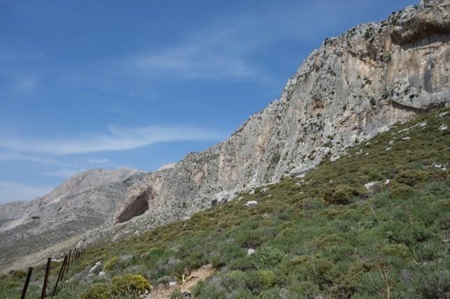 壁の全景(半景?)。中央左の顕著な洞窟がGrande Grotta。