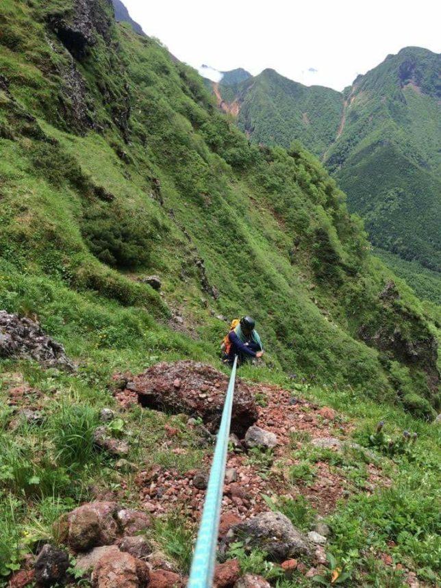 大同心ルンゼの下りで念のためロープを出し50m懸垂しましたが斜度がなく摩擦でロープを回収できず、結局、登り返してクライムダウンしました。