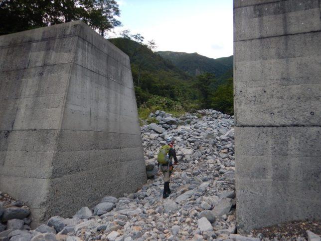 堰堤を過ぎてしばらく河原歩きで汗だく。