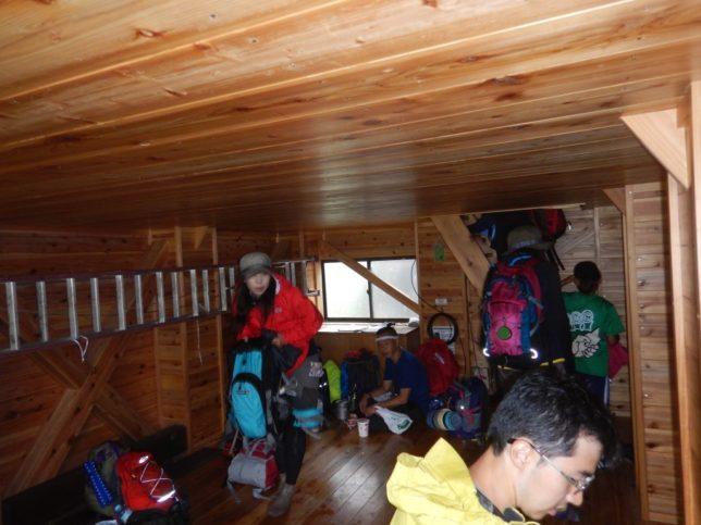 雨が降りだし雨宿りに登山客が集まりました。宴会をやりたくなる避難小屋という噂どおりきれいで快適。